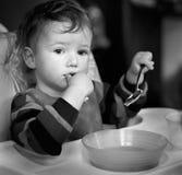 Das Kind, das sich während der Mahlzeit reflektiert hat Stockfotos
