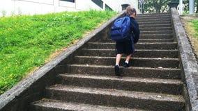 Das Kind, das zur Schule geht und nehmen Abschied stock footage
