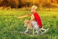 Das Kind der Junge der Prinz auf einem Pferd lizenzfreie stockfotos
