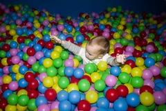 Das Kind in einem Ballpool Lizenzfreie Stockfotos
