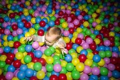 Das Kind in einem Ballpool Stockfoto