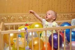 Das Kind in einem Bett Stockbilder