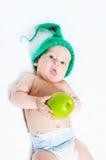 Das Kind in einer grünen Schutzkappe stockfotografie