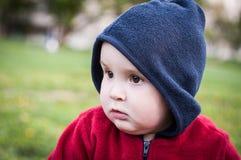 Das Kind in einer Haube Stockfoto