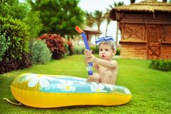 Das Kind in einer Schablone durch ein Boot Lizenzfreie Stockbilder