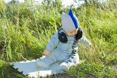 Das Kind erforscht die Welt um Sie Stockfotos