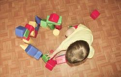 Das Kind errichtet ein Schloss aus Plastikdesigner heraus Ein kleiner Junge Stockbilder