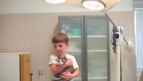 Das Kind hält eine Katze stock video footage