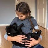 Das Kind hält einen Labrador-Welpen lizenzfreie stockfotos