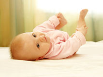 Das Kind im Bett Stockfotografie
