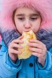 Das Kind isst einen Pfannkuchen lizenzfreie stockfotos
