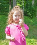Das Kind isst Eiscreme, geht in den Park Lizenzfreie Stockbilder