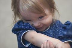 Das Kind ist schüchtern und schüchtern stockfoto