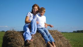 Das Kind küßt seine Mutter Lizenzfreie Stockfotos