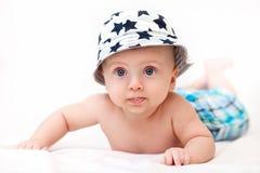 Das Kind kurz gesagt und einen Hut Stockfoto