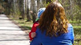 Das Kind läuft zu seiner Mutter, umarmt sie leicht Glückliche Familie, liebevolle Eltern stock video footage