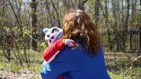 Das Kind läuft zu seiner Mutter, umarmt sie leicht Glückliche Familie, liebevolle Eltern stock footage