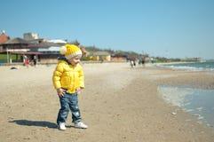 Das Kind an Land Stockfoto