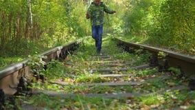 Das Kind laufen gelassen durch Schiene stock video footage