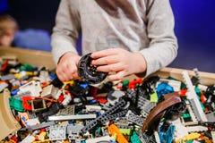 Das Kind, das lego hält, blockiert 2018 Lizenzfreies Stockbild