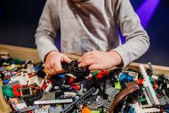 Das Kind, das lego hält, blockiert 2018 Stockbilder