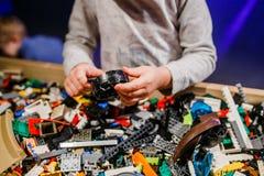 Das Kind, das lego hält, blockiert 2018 Stockbild
