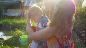 Das Kind leicht küsst und umarmt Bruder stock video footage