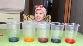 Das Kind leitet Erfahrung und Experiment stock video footage