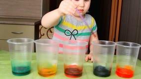 Das Kind leitet Erfahrung und Experiment stock footage