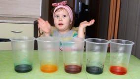 Das Kind leitet Erfahrung und Experiment stock video