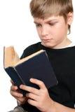 Das Kind liest die Bibel. Lizenzfreies Stockbild