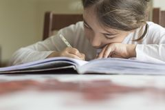 Das Kind, das Loch und lautes Summen mit ihrer Hand macht stockfoto