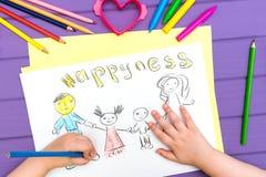 Das Kind malt eine Skizze der Familie Lizenzfreies Stockfoto