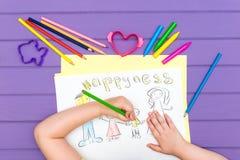 Das Kind malt eine Skizze der Familie Stockbild