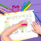 Das Kind malt eine Skizze der Familie Stockfotos
