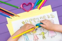 Das Kind malt eine Skizze der Familie Stockfoto