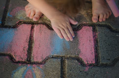 Das Kind malt Kreide auf dem Weg Lizenzfreie Stockbilder