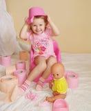 Das Kind mit einem Toilettenpapier Stockfoto