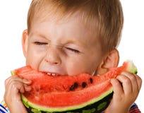 Das Kind mit einer Wassermelone Stockfoto