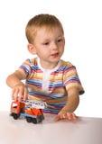 Das Kind mit Spielzeugmaschine Stockfotografie