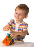 Das Kind mit Spielzeugmaschine Lizenzfreies Stockfoto
