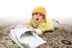 Das Kind mit Zeitschrift lizenzfreies stockbild