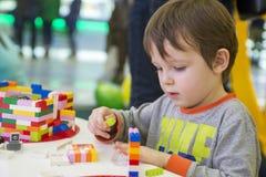 Das Kind montiert den Entwerfer Kindertätigkeit im Kindergarten oder zu Hause stockbild
