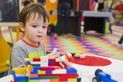Das Kind montiert den Entwerfer Kindertätigkeit im Kindergarten oder zu Hause lizenzfreie stockbilder
