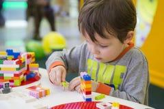 Das Kind montiert den Entwerfer Kindertätigkeit im Kindergarten oder zu Hause stockbilder