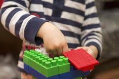 Das Kind montiert den Entwerfer Kindertätigkeit im Kindergarten oder zu Hause lizenzfreie stockfotografie