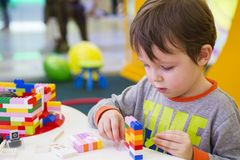 Das Kind montiert den Entwerfer Kindertätigkeit im Kindergarten oder zu Hause lizenzfreies stockfoto