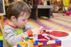 Das Kind montiert den Entwerfer Kindertätigkeit im Kindergarten oder zu Hause Kinderspiele mit einem Kind-` s Designer stockfoto