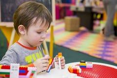 Das Kind montiert den Entwerfer Kindertätigkeit im Kindergarten oder zu Hause Kinderspiele mit einem Kind-` s Designer stockfotos