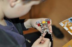 Das Kind montiert den Entwerfer Scherzt Tätigkeit in Kindergarten O stockbilder